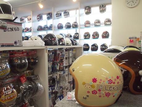 白を基調にした明るい店内にヘルメットやグローブ、メンテナンス用品などが多数陳列される
