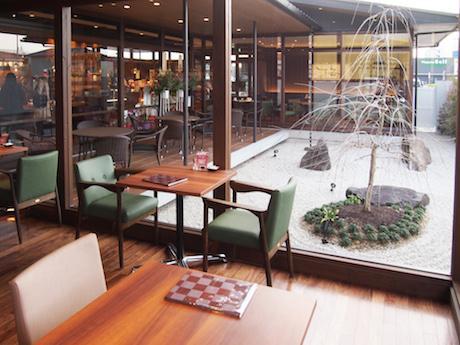 「恋歌の庭」と名付けられた中庭が見える店内