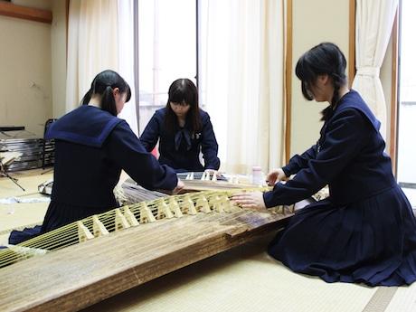 演奏会に向けて練習する生徒たち