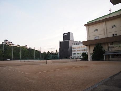 伏虎中学校校庭からは和歌山城天守閣がすぐ目の前に見える