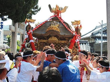 加太春日神社を出発するみこし