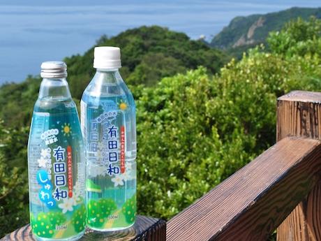 瓶詰め炭酸水の「有田日和 しゅわっ」(左)とペットボトルの水道水「有田日和」