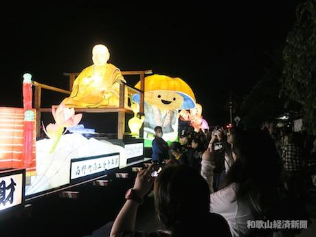 前夜祭の奉灯行列の様子