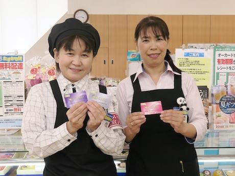 新しいオーカードを手にPRするオークワ中島本店の川口店長(右)と店舗スタッフ