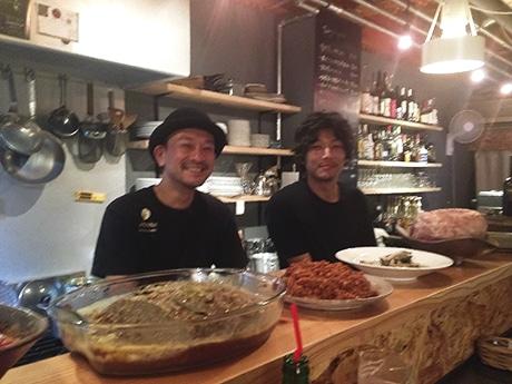 厨房はカウンタータイプに。店主の木下さん(左)とスタッフの上中さん(右)