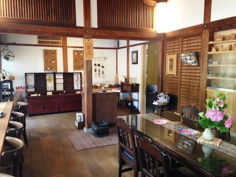 旧社務所を改装した店内