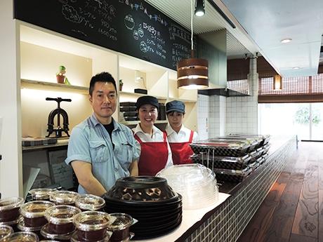 杏亭社長の山本さん(左)