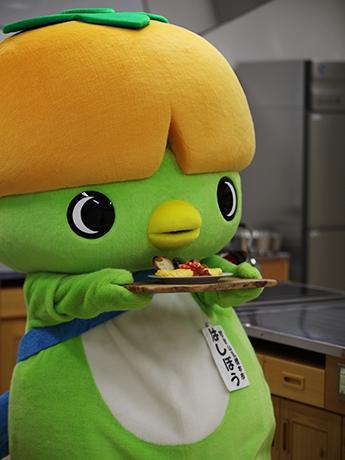 オムレツをPRする橋本市のゆるキャラ「はしぼう」