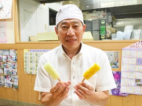 「紫香庵」の店内で「くずバー」を手にほほ笑む須賀良知さん
