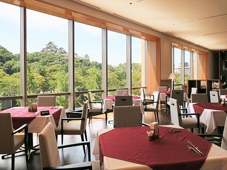レストラン内からは和歌山城を眺めることができる
