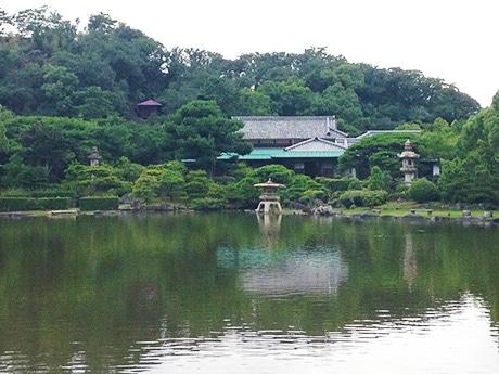 地形を利用した庭園に囲まれた大正期建築の主屋