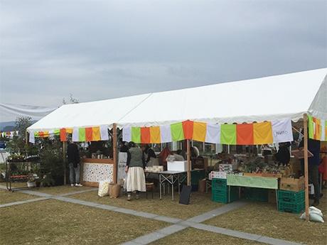 有田川町の「ALEC(アレック)」の前で開催される、昨年のえほんマルシェの様子