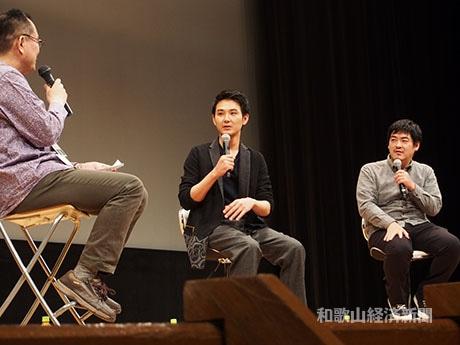 「モヒカン故郷に帰る」の舞台あいさつに登壇した松田龍平さん(中央)と沖田修一監督(右)