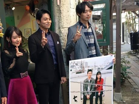 映画「ちょき」の舞台になったじゃんじゃん横丁で「ちょき」のポーズでPRする(左から)奥田瑠子さん、吉沢悠さん、金井監督