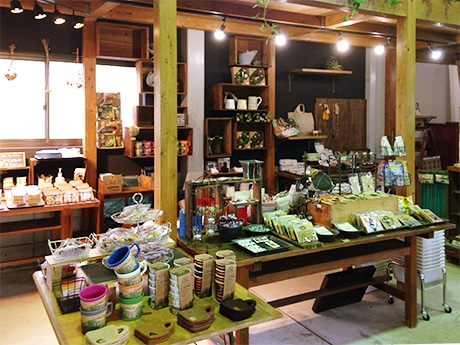 フェアトレード商品や観葉植物、地元作家の作品などを販売する