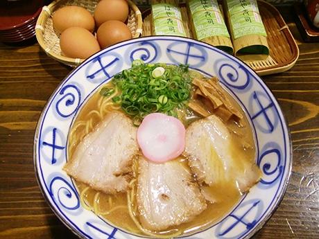 地元では「中華そば」と呼ばれる豚骨しょうゆスープの和歌山ラーメン、卓上には定番のゆで卵とはやずしも