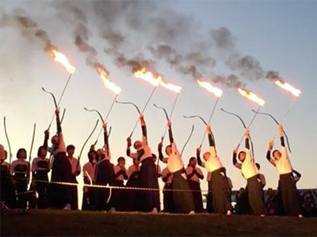 望楼の芝に火矢で点火する串本古座高校弓道部