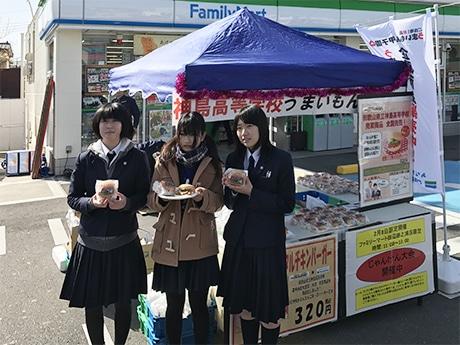 神島高校近くのファミリーマート田辺跡之浦店で開催された発売記念イベントの様子