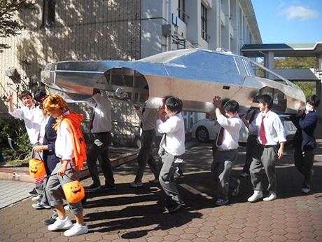 文化祭当日に「デロリアン」を担いで運ぶ生徒たち
