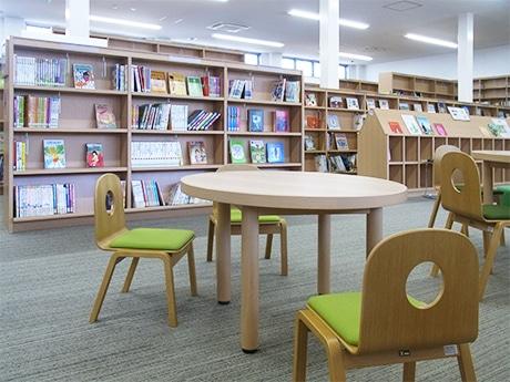 和歌山市民図書館 西分館には子ども用の席も