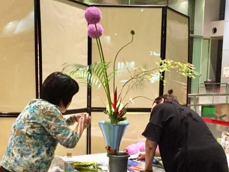 「立花 新風体」で花を生ける葛城さん(左)と延與さん