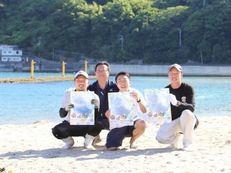 由良の海を背にしてほほ笑む「Marine EXPO'17~うみの学校 海と日本プロジェクト~」の皆さん