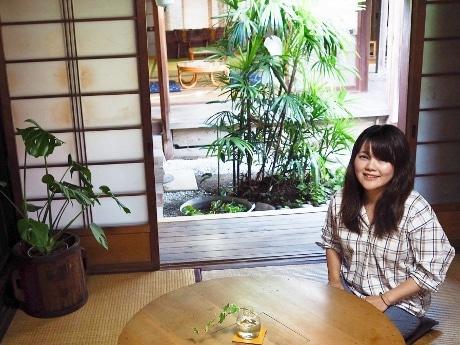 主催者の栂野さんと会場の「オジバ商店」