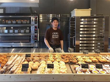 和歌山・藤並駅近くにパン店「ビスバルト」 ヨーロッパのマルシェ風にパンがズラリ