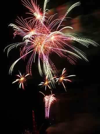 「港まつり花火大会」で昨年打ち上げられた花火の写真
