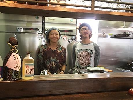 カウンターに立つ店主の北野さん(右)