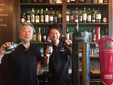 店主の伊村正明さん(左)と店長の下井寛輝さん
