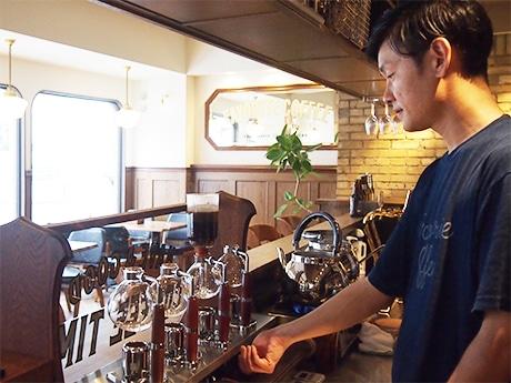 サイホンでコーヒーを入れる西田店長