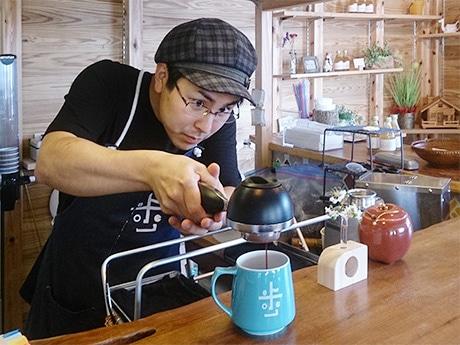 手網で炒ったコーヒー豆をエスプレッソマシンで抽出する店主の岩本さん