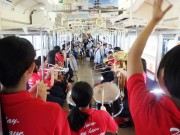 和歌山線で臨時列車「アートトレイン」運行 沿線学校の生徒が車内コンサート