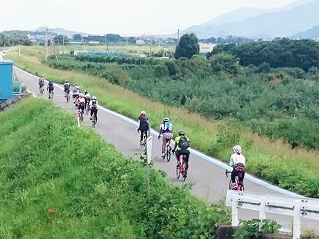 紀の川沿いを走るサイクリストたち