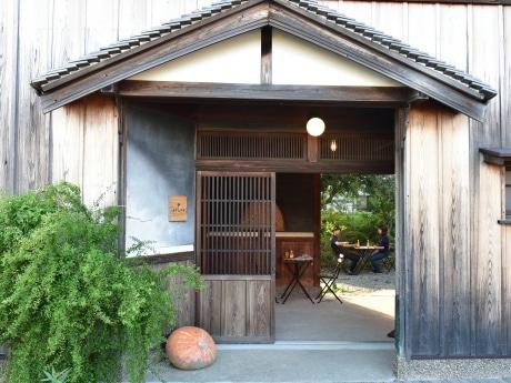 有田市宮原町にある伊藤農園本社に隣接するミカン蔵を改装した直営店の外観