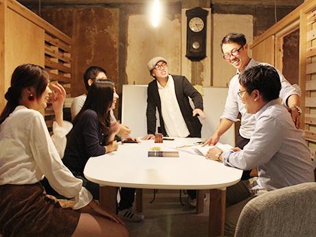 3階のシェアスペースで入居者と談笑する小川貴央さん(中央)