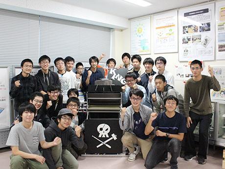 2015年出場のロボット「梅王(バイキング)」とロボコン部の部員