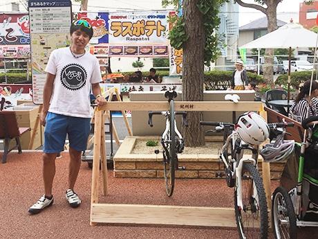 「市駅グリーングリーンプロジェクト」で設置されたサイクルラックと西林さん(2017年9月)