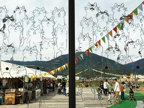 ネコのイラストが描かれた有田川町のALECの窓ガラス(昨年の開催風景)