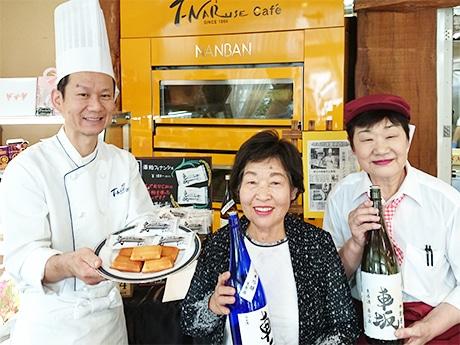 成瀬さん(左)と母の君子さん(中央)、先代から店に立つ看板娘のちぐりさん
