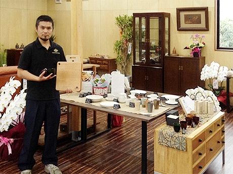 ロックグラスとカッティングボードを手にする、店主で伝統工芸士の東福太郎さん