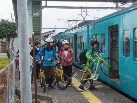 駅のホームから自転車と一緒に乗り込むサイクリストたち