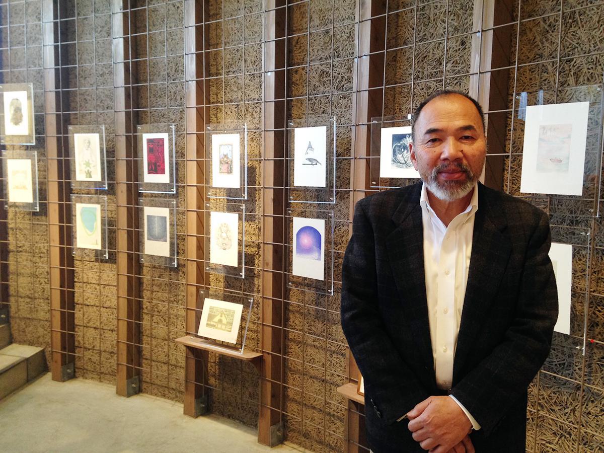ヒロ画廊代表の広畑政也さんと「小さな版画展」の開催風景