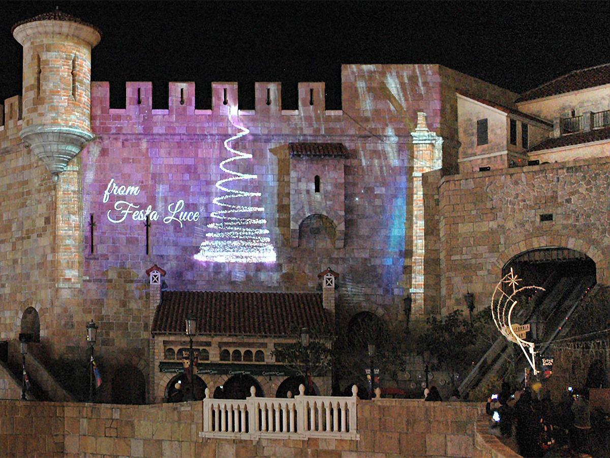 城壁に映るクリスマスツリーのプロジェクションマッピング映像