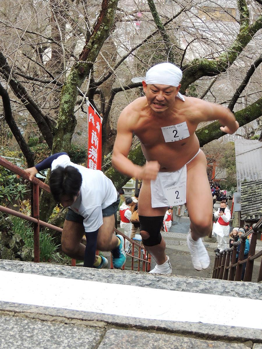 本堂へつづく210段の石段を駆け上がる参加者