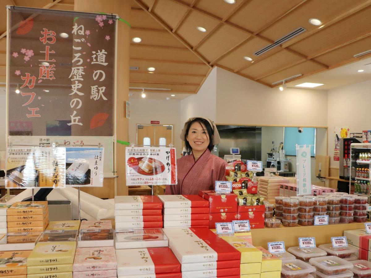 道の駅「ねごろ歴史の丘」のカフェ・物販棟を運営するNPO法人はまゆうJAPANの伊藤恵さん