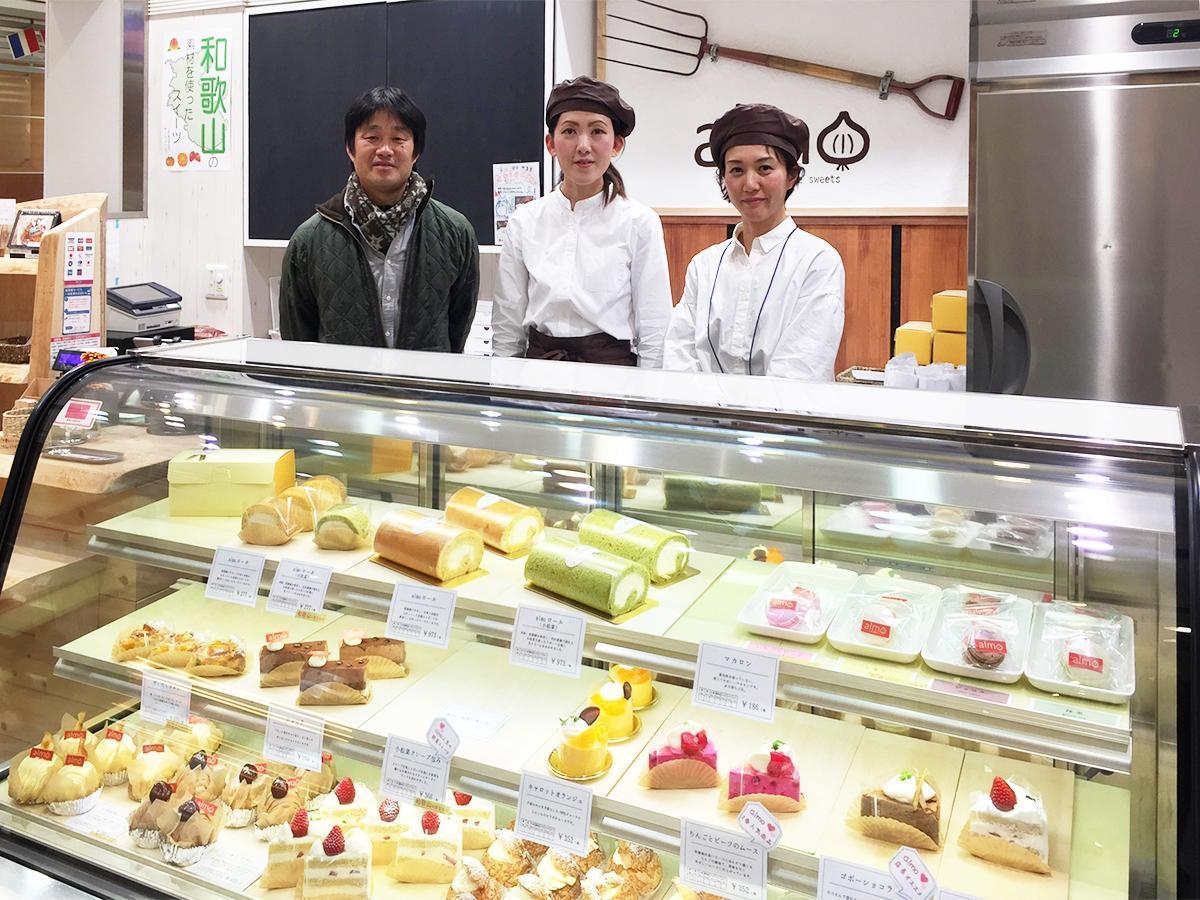 洋菓子店「almo」和歌山ミオ店に立つ吉川誠人理事長