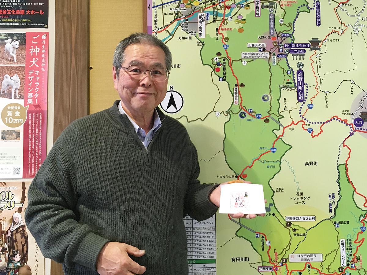 「伏兎」を手にPRする伊都観光物産センター社長の岡本寿夫さん