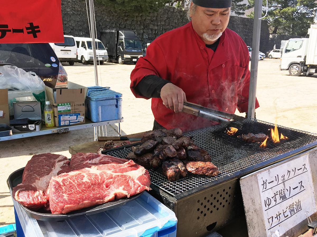 客の目の前で炭火でステーキ肉を焼く露店